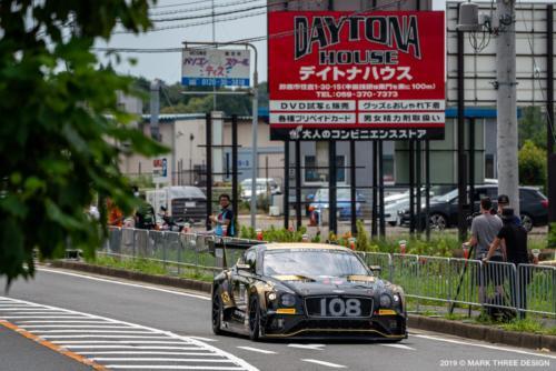 Bentley Team M-Sport、後ろの看板が気になる…。