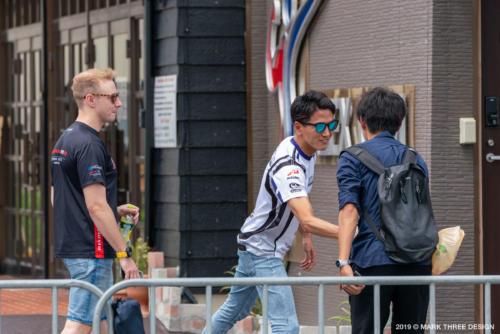 その時、次生選手のチームメイト・千代&ジョシュアはファンと握手(笑)